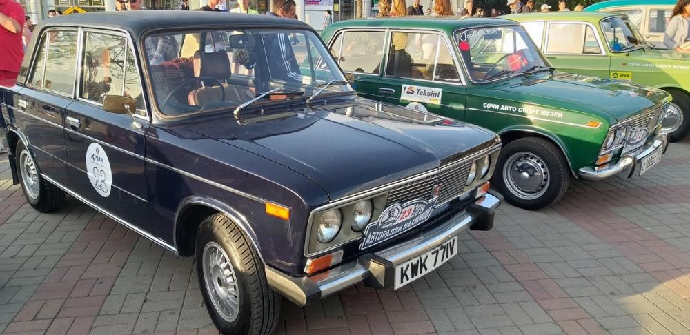 Уникальные ретро-автомобили приезжали в Геленджик