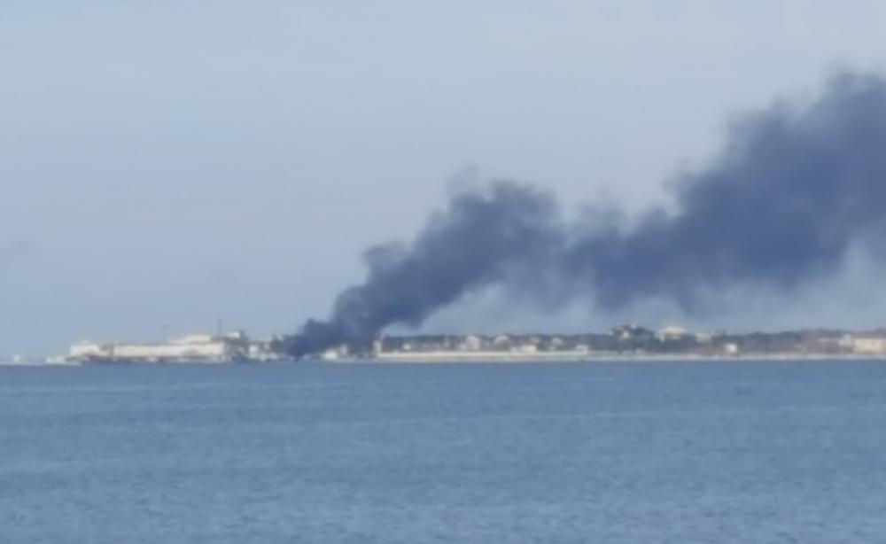 Клубы черного дыма попали в объектив камеры жителя Геленджика