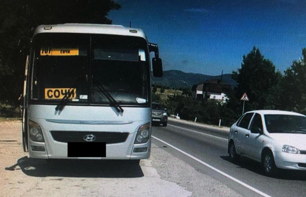 В Геленджике при перестроении автомобиль повредил рейсовый автобус и скрылся