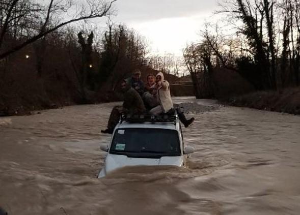 Жители Геленджика пытались использовать джип как лодку