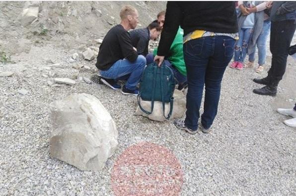 На юную посетительницу парка развлечений в Геленджике упали огромные валуны