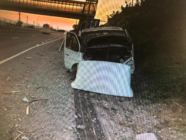 Водитель, не справившись с управлением, съехал с дороги и врезался в гору в Геленджике