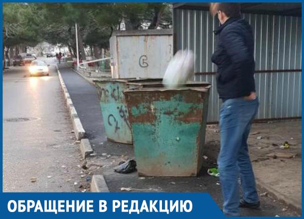 Ходить по проезжей части вынуждены жители Геленджика из-за мусорных контейнеров