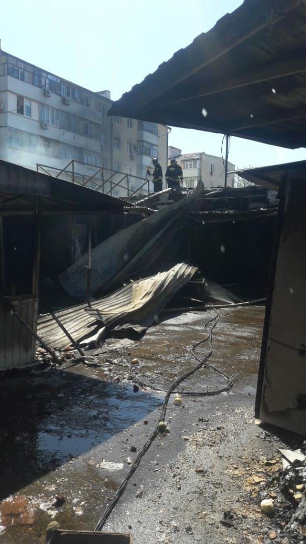 Сгоревшие павильоны,автомобили,эвакуация и пострадавший - результат пожара в Геленджике