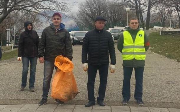 Более 80 оранжевых мешков вывезли с пляжей Геленджика