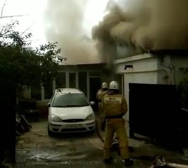 5 человек эвакуировали, одного спасли во время пожара в Геленджике