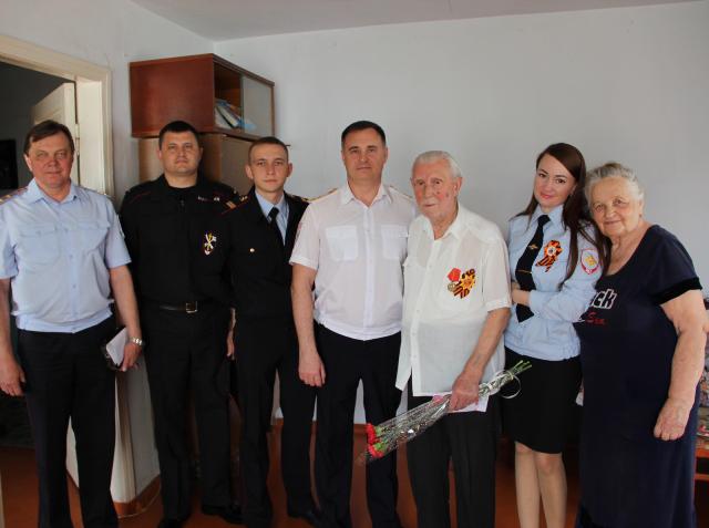 Полковник линейной полиции Олег Абрамов поздравил ветерана ВОВ