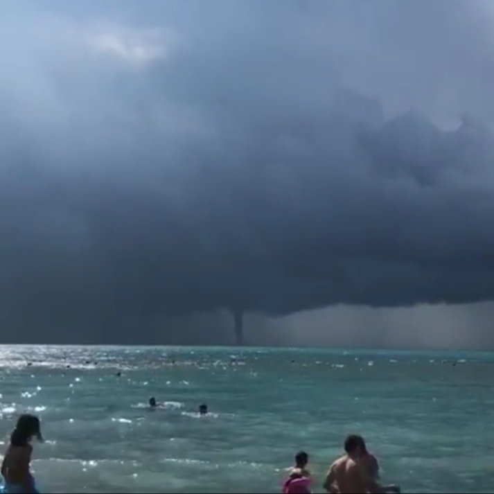 В Геленджике отдыхающие продолжили плавать в море, несмотря на образовавшийся смерч