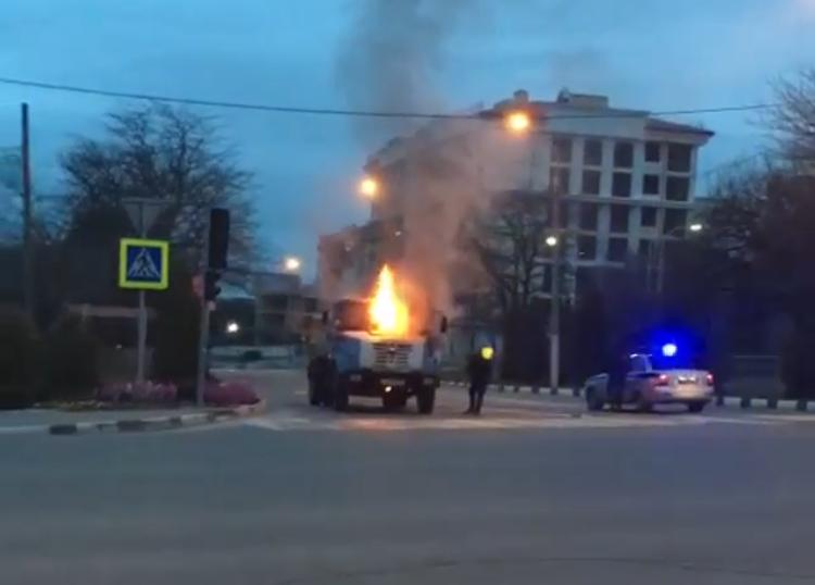 Возгоранием автомобиля началось утро в Геленджике